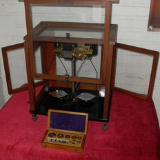 Scientific scale with air cushioning and weights box - Oertling London - England - ca. 1930