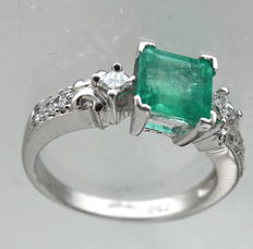 18 kt white gold ring inlaid with diamond, 0.36 ct and emerald, 1.18 ct – Ring size: 17