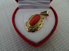 Beautiful gold pendant with precious coral