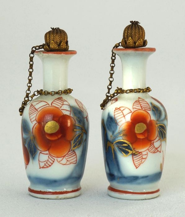 Imari vases with gold plated chain and stopper – China – circa 1750