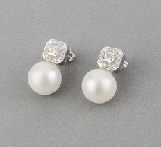 White gold earrings, with brilliant cut diamonds and fresh water cultured pearls.