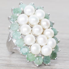 Very large ring with pearls and emeralds, in rhodium-plated silver.