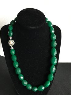 Emerald necklace, with 18 kt gold clasp made of emeralds and an Akoya pearl.