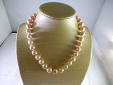 Necklace with freshwater pearls of gradually decreasing size – 18 kt gold clasp, length: 45 cm