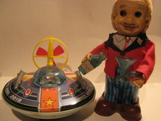 """Yonezawa, Japan - L/H: 20-23 cm - Lot with tinplate/plastic battery-operated """"Space Patrol 2019"""" and """"Bartender"""", 60s"""