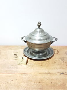 Great pewter round soup tureen with lid and tray, brand Estamaire VTRM