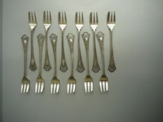 Series of twelve silver cake forks with partly open work hilts and pearl rim, Netherlands, 1900