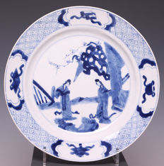 Mooi blauw-wit porseleinen bord, long eliza's - China - begin 18e eeuw (Kangxi periode)