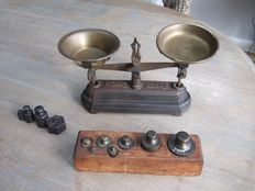 Scales for 500 grams in cast iron with some weights - France - ca. 1900