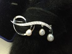 White gold pin decorated with diamonds and pearls