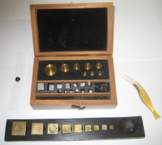 Weights box for apothecary and set weights for accurate weighing - 19th and 20th century