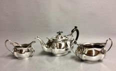 Silver plated tea set consisting of a tea pot, creamer and sugar jar, England, ca. 1900
