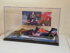Max Verstappen - Minichamps 1:18 - GP Bahrain - in new showcase display case incl. original autographed factory card + COA
