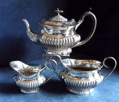 Antique English three-piece set in silver plate, dating back approximately to 1925, in period style.