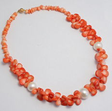 Coral necklace with 3 large South Sea pearls and a 14 kt gold clasp