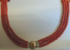 Necklace of fine round red coral with gold clasp