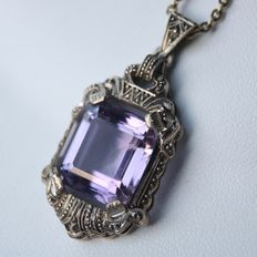 Art-Deco silver pendant with a natural bright Amethyst  approx  6.4ct and a 14 K. golden chain, ca. 1920-1940