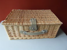 Beautiful 4 person reed picnic basket with content for classic car - 44 x 31 x 20 cm
