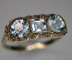 Art Déco fine ring circa 1920/'40 with 3 faceted Aquamarine stones in millegraine frame, an old engagement ring.