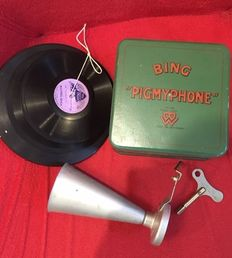 """Bing, Germany - Length 16 cm - Tin wind-up """"Pigmyphone"""" Children's Gramophone Year incl. 4 Discs, 1920s"""