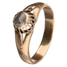 Yellow gold antique ring set with a rose cut diamond of approx. 0.20 ct
