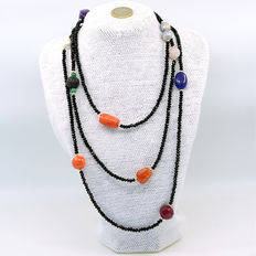 Necklace with: onix, coral, aquamarine, ruby, emeralds, pearls, carnelian, sapphires, amethyst, quartz and 18 kt yellow gold