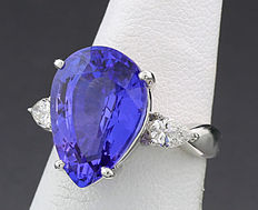 Excellent tanzanite-brilliant ring of 9.03 ct in total, 1 tanzanite of outstanding quality of 8.61 ct, 900 platinum