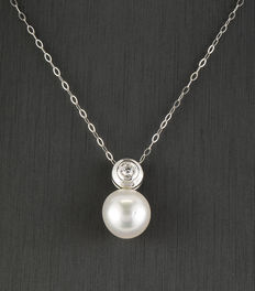 White gold chain and pendant, with inlay of 1 brillant-cut diamond and 1 Australian South Sea cultured pearl.