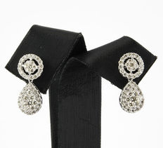 Teardrop-shaped earrings with white gold setting with brilliant-cut diamonds.