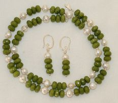 Jadeite - Jade and Barok fresh water pearl set, silver 925/1000 clasp.