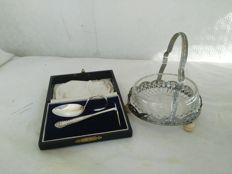Lot of two English silver plated pieces: butter dish with glass liner and two-piece cutlery set with box - Origin: England - 1900s