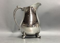 Silver plated water jug with stopper for ice cubes, on four claw feet, England, ca 1955