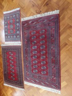 Three hand-knotted Bukhara rugs, approx. 165 x 95 cm, 123 x 83 cm and 88 x 64 cm.