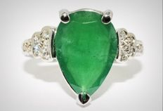 3.60 ct ring with natural emerald and diamonds made of 14 kt white gold - ring size 50 / 16 mm - no reserve -