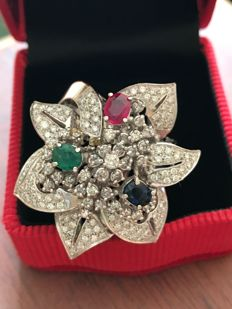 18 kt white gold flower ring with a central ruby, sapphire and emerald, surrounded by 1.60 ct diamonds.