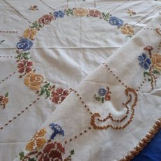 Beautiful tablecloth with coloured roses *without reserve price*