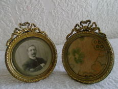 A pair of round gilded bronze Louis XVI photo frames - c. 1890