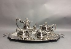 Impressive silver plated tea- and coffee set on a serving tray with a similar decoration as the tableware, Dykes Brothers, England, ca 1900