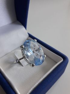 18kt with gold ring with a blue spinel,  - Size 20(SP), 60 (FR),S(UK),9.5(USA)