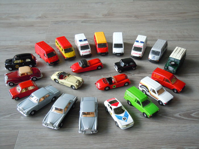 Corgi - Scale 1/38-1/43 - Lot with 22 models: Ford, Rolls Royce, Jaguar, Land Rover, Mini, & Ferrari