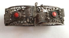 Sterling silver bracelet with grains of coral, total weight 40.5 g.