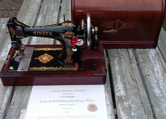 Singer 128K hand sewing machine with a beautiful wooden dust cover, 1912