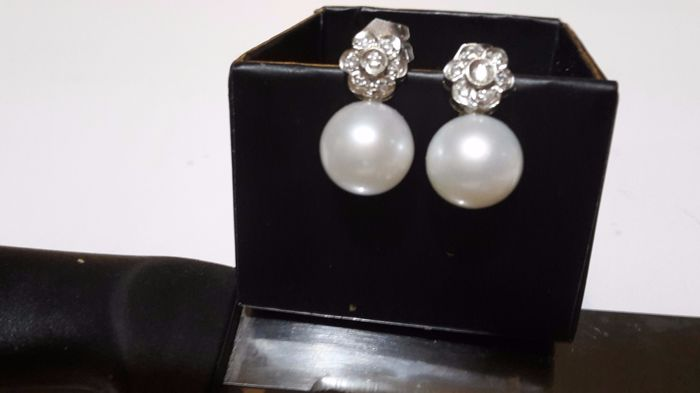 Earrings in 18 kt white gold with freshwater cultured pearls (10 mm) and 14 brilliant cut diamonds (0.20 ct)