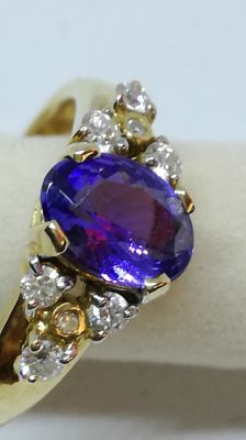 Ring in 18 kt yellow gold with 0.25 ct tanzanite and 8 diamonds