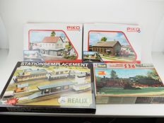 Realix H0 - A lot with three unbuilt buildings and a construction kit with a locomotive