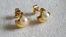 Ladies' earrings in 18 kt yellow gold 750, each with a cultured pearl.