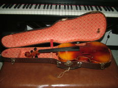 "Violin by ""Monzino & Garlandini premiato stabilimento strumentale"", via Larga 20, Milan, it needs to be checked by a luthier. No bow included. Original case from the 1940s/50s (it is very hard to take a picture of the inside label but it is perfectly read"