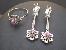 18 kt white gold earrings and ring in the shape of an openworked flower with a central ruby