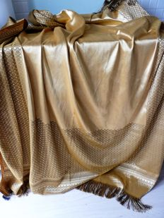 Superb bedspread in woven cotton with threads of gold