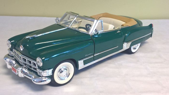 Road Legends - Scale 1/18 - Cadillac Coupé de Ville Convertible 1949 with small catalogue of time - Green